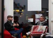 AUS DER BERLINER ZEITUNG: Lars Oberg (l.) ist der einzige Landesparlamentarier mit einem eigenen Wahlkreisbüro. Hier unterhält er sich mit dem Bildungsexperten Florian Bublys. Foto: Berliner Zeitung/Engelsmann
